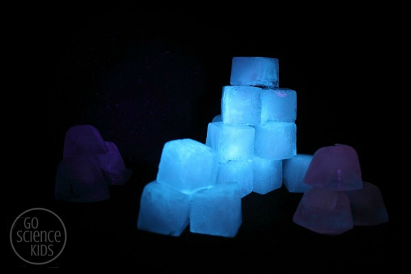 GLOWING tonic ice cubes vs water ice cubes
